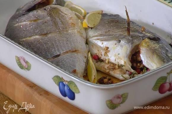 Затянуть рыбу пищевой фольгой и запекать в разогретой духовке 20 минут, затем снять фольгу и запечь рыбу до готовности.