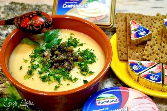 На суп сверху аккуратно добавить наши грибочки, посыпать свежей зеленью, окропить маслом оливковым или подсолнечным, подать хлебцы ржаные или хлеб с вашим любимым вкусом сыра Hochland. Для завершения душевного натюрморта найдите деревянную русскую ложку и наслаждайтесь вкусом блюда.