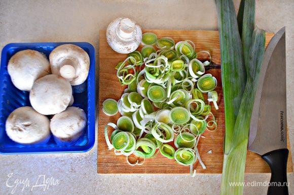 Приготовьте, почистите грибы и нарежьте небольшими кусочками. Лук-порей очистите от внешних листьев и нарежьте белую часть тонкими кольцами. Обжарьте лук на растительном масле, добавьте грибы, соль, перец, тимьян по вкусу и тушите до готовности (примерно 7–10 мин.).
