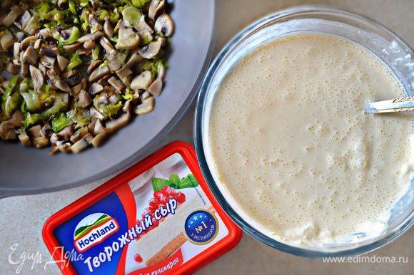 В охлажденную основу для чизкейка выложите подготовленную начинку.