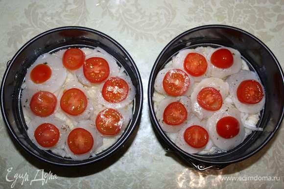 На каждый кусочек рыбы положим дольку помидора.