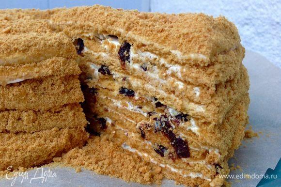 Затем берем по бокам за лист пергамента и переносим так торт вместе с листом на блюдо для торта. Я делаю торт вечером для того, чтобы он всю ночь пропитывался, тогда он выходит нежнейший, и вкус чернослива, конечно,здесь совсем не лишний :) Ну все:) Наш медовик готов, сделано с любовью :)
