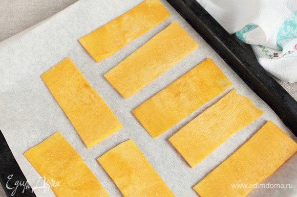 На предварительно застеленный пергаментом противень выложить пластинки, слегка каждую посолить, чтобы при запекании они дали сок и не получились сухими. Запекать до полной готовности в предварительно разогретой духовке (180°С).
