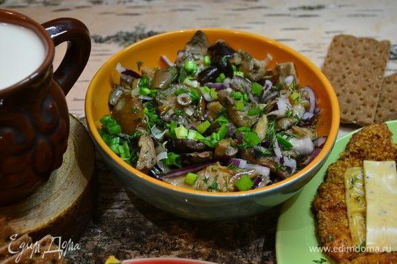Я к шницелю с картошкой подала свои вкусные соленые грибы с луком, зеленью и ароматным подсолнечным маслом!