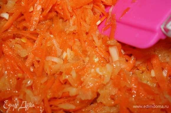 Лук и морковь натереть на крупной тетке, обжарить на растительном масле.