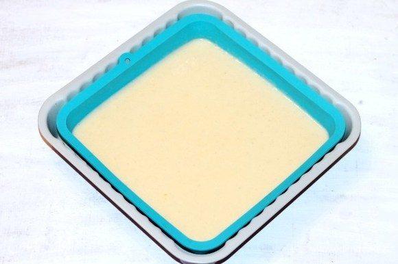 Берем формочку для выпечки 20х20 см (смазываем маслом) или силиконовую (не смазываем маслом), и выливаем тесто, разравниваем. Выпекаем корж в хорошо разогретой до 180°С духовке до золотистого верха, ~25-30 минут. Через 20-25 минут проверяйте корж на сухую спичку. Испеченный корж немного остывает в формочке. Если при выпечке образовалась у коржа верхушка, ее срезаем. Корж после выпечки пористый, мягкий немного золотистый. Срезанную верхушку коржа просушить в духовке и раскрошить, пойдет для украшения тортика.