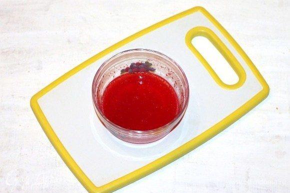 Приготовим желе. Желатин (у меня порошковый) заливаем 4 ст. ложками сока. Даем время желатину набухнуть.