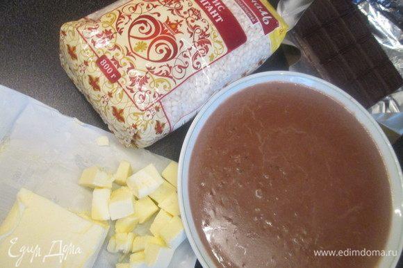 Соединяем рис с растопленным шоколадом.