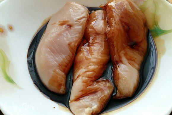 Замариновать куриные грудки в соусе терияки, накрыть и убрать на 2 часа в холодильник.