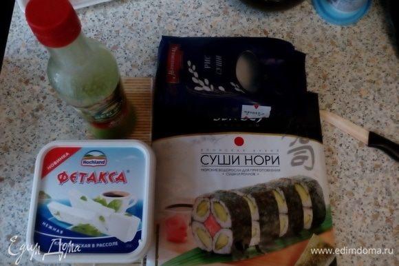 Подготовить ингредиенты. Сварить рис (1 к 2), добавить 2 ст. л. рисового уксуса и настоять под крышкой ~15 минут.