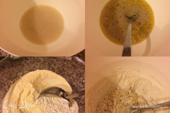 В миску просеять 3 вида муки и перемешать. В теплой воде развести сахар и дрожжи, дать постоять 5–10 минут. Затем добавить соль, чесночный порошок, оливковое масло, перемешать. Начать постепенно добавлять муку.