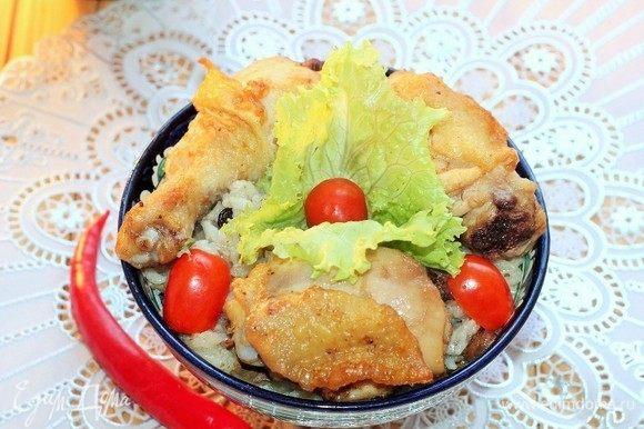 Сверху риса раскладываем виноградные листья, на них кладем горячие окорочка.