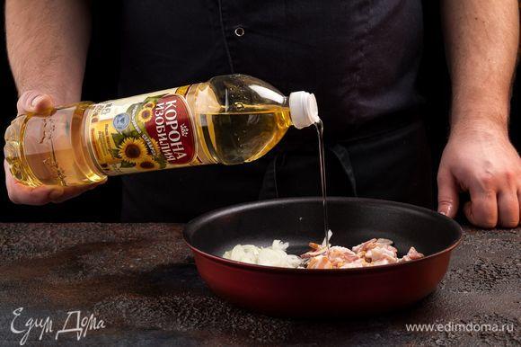 Разогрейте в сковороде 1 ст. ложку подсолнечного масла и обжарьте лук до слегка золотистого цвета. В этой же сковороде обжарьте бекон до хрустящей корочки. Сыр натрите на терке.