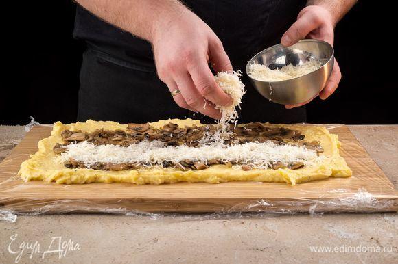 Сверху выложите грибную начинку, натрите сыр.