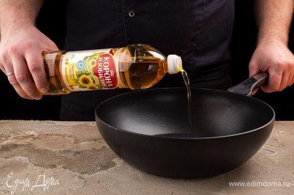 В сковороду налейте немного подсолнечного масла ТМ «Корона изобилия».
