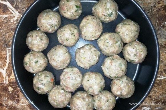 Из фарша скатайте шарики размером с грецкий орех. На этом этапе поставьте разогреваться фритюрницу или, как я, кастрюльку с растительным маслом.