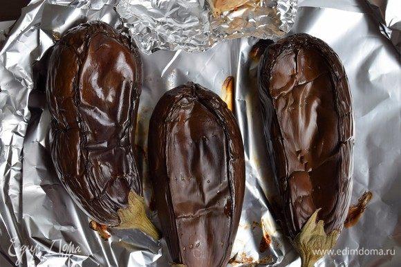 Отправьте баклажаны и чеснок в духовку на 35–45 минут до готовности баклажанов (мягкие при протыкании вилкой). Пару раз переверните баклажаны на другой бок для равномерного запекания.