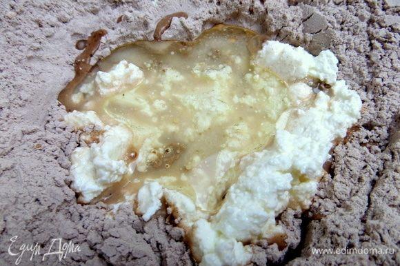 К творогу влить сыворотку или молоко и растительное масло.