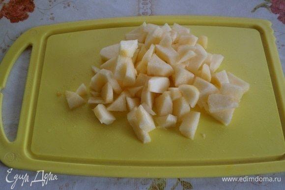 Яблоко очищаем и нарезаем кубиком.