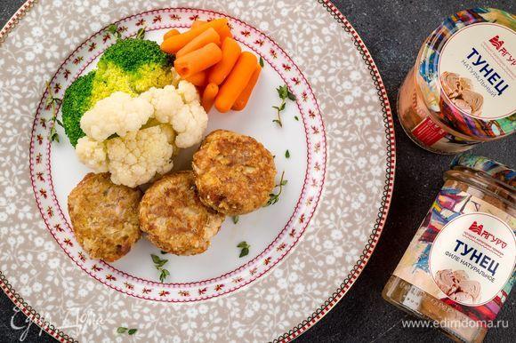 Подавайте рыбные котлетки с гарниром из овощей. Приятного аппетита!