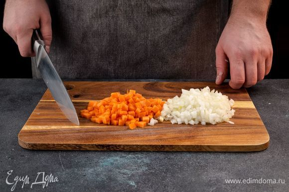 Морковь очистите и нарежьте мелким кубиком, лук очистите и измельчите.