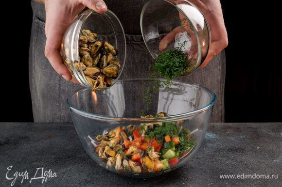 Выложите в салатник нарезанные овощи, а сверху — мидии и нарезанный укроп.