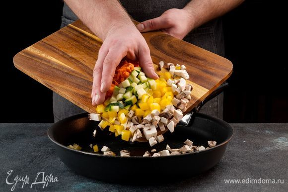 Протушите овощи и грибы на оливковом масле до мягкости.