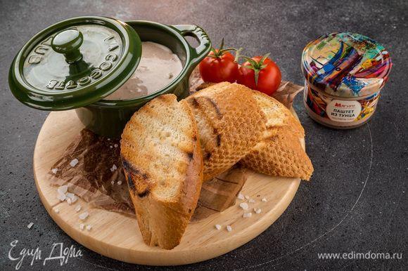 На каждый ломтик багета выложите немного крем-паштета и украсьте зеленью. Приятного аппетита!