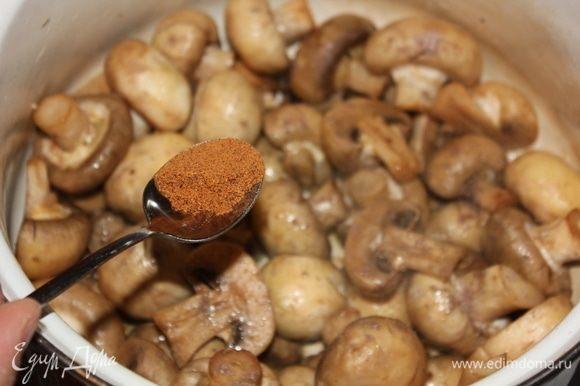 Следом добавить специи. Чуть больше 1/2 ч. л. грам масалы и чуть больше 1/2 ч. л. молотого мускатного ореха.