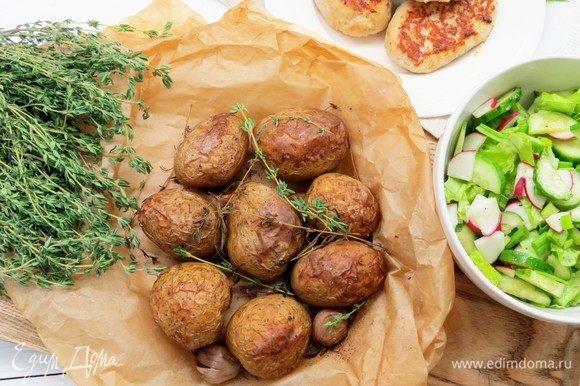 Картофель нужно есть прямо с кожурой. Подавать вместе с запеченным чесноком, который получается очень вкусным! Отлично сочетается с овощными салатами и котлетами. Приятного аппетита!