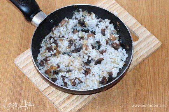 Затем добавляем отваренный рис и перемешиваем.