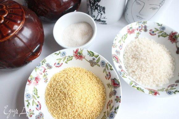 Поместить в отдельные миски пшено и круглозерный рис. Промыть рис и пшено.