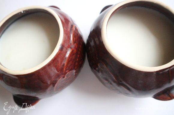 Залить содержимое горшочка молоком, прибавить воду. На первый взгляд, может показаться, что жидкости чересчур много, но, как оказывается, при таком способе приготовления каши, в самый раз.