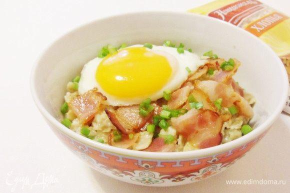 Это блюдо включает в себя все ингредиенты классического завтрака: овсянка, бекон, яичница и сыр.