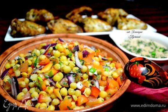 Мне в последнее время очень нравится готовить салаты в одной цветовой гамме. Например, как в нашем салате: желтый солнечный горох ТМ «Националь», оранжевый помидор и ярко-красный перец, далее как кисточкой художника обыгрываем нарезанной зеленью и фиолетовым луком!