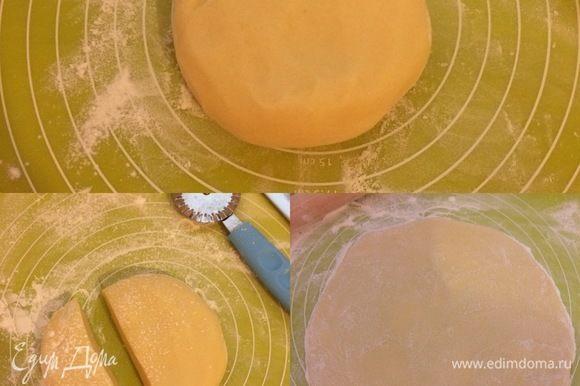 Замесить нежное тесто. Разделить тесто. Раскатать одну большую часть.