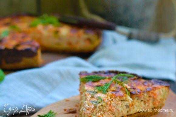 Выпекать тесто при 180°C в течение 15–18 минут до легкого зарумянивания. Подпеченное тесто вынуть, выложить на него начинку, разровнять. Поставить в духовку, нагретую до 180°С, и выпекать 45–55 минут. Вынуть киш и дать «отдохнуть» 10 минут. Посыпать резаным свежим укропом, нарезать ножом для пиццы и подавать горячим.