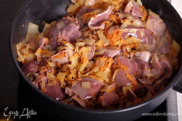 В глубокой сковороде обжарить на небольшом количестве растительного масла лук с морковью, добавить печень.