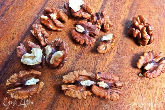 Орехи покрошить.