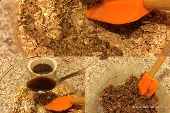 Затем начать постепенно добавлять кофе, после каждого раза хорошо перемешивая. У нас должна получиться влажноватая масса, которая хорошо держит форму.