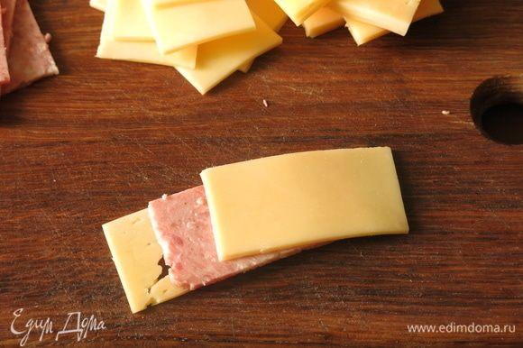 Складываем по два кусочка сыра и колбасы.