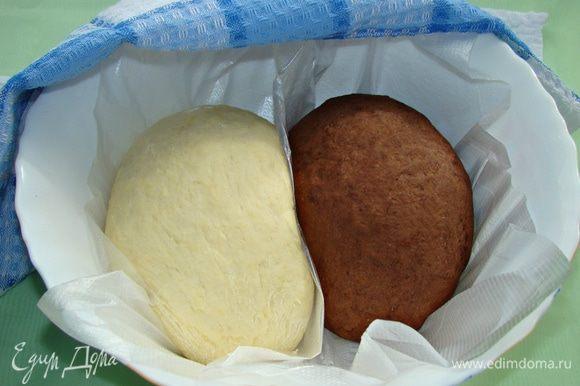 Когда тесто увеличилось, его необходимо обмять. На слегка припыленном мукой столе раскатать каждую часть теста толщиной примерно 5 мм.