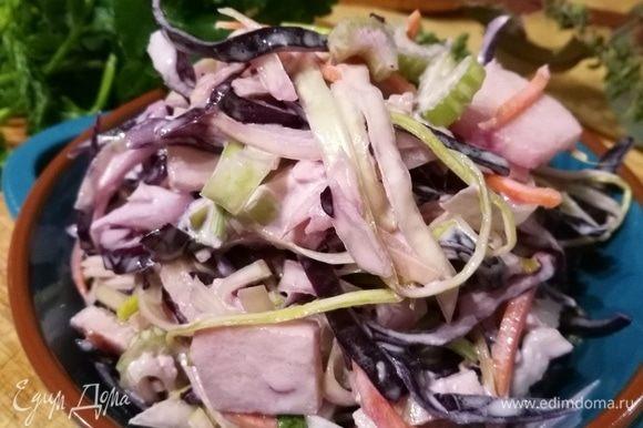 Заправить салат соусом и дать настояться в течение нескольких часов. Приятного!