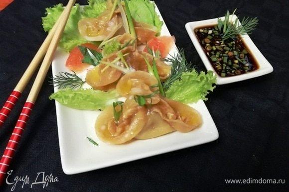 Украсьте блюдо по желанию и подавайте китайские паровые пельмени к столу. В лепесточки я добавила немного растопленного сливочного масла.