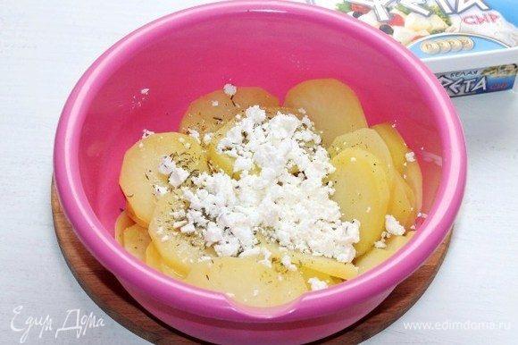 Смешиваем картофель с раскрошенным сыром, чесноком, топленым маслом и приправой. Добавляем по вкусу соль и перец.