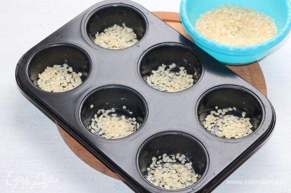 Смазываем форму для запекания сливочным маслом и посыпаем дно пшенными хлопьями (1,5 ст. л.).