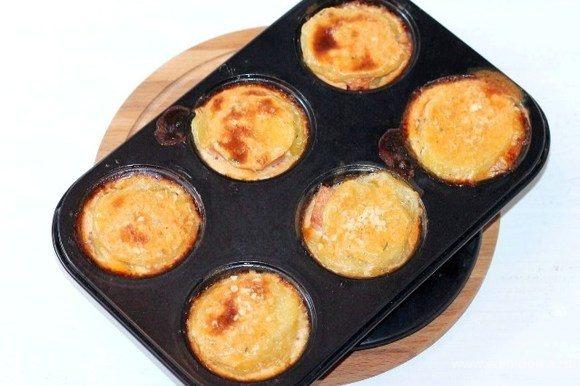 Отправляем формочки в заранее прогретую до 180°С духовку до запекания картофеля, минут на 30.