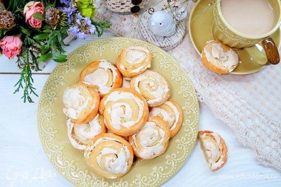 Аккуратно переложить печенья на противень, застеленный пергаментной бумагой. Выпекать в разогретой до 200°С духовке 15–20 минут или до золотистого цвета. Наливаем чашечку чая или кофе и наслаждаемся вкусным творожным печеньем. Вкусного завтрака!