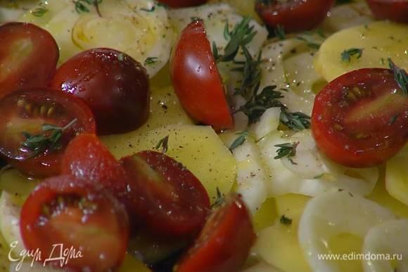 Овощи посолить, поперчить, полить оливковым маслом, посыпать листьями тимьяна и запекать в разогретой духовке 20–25 минут.