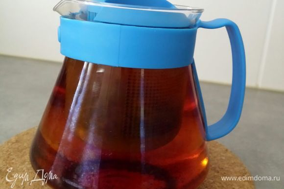 Чайные пакетики заварить в 400 мл воды и оставить на 5–7 минут.